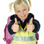 Kind mit Warnweste und Reflektorstreifen