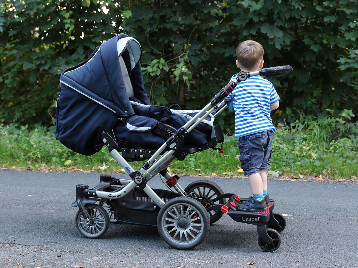 Lascal Buggyboard am Kinderwagen